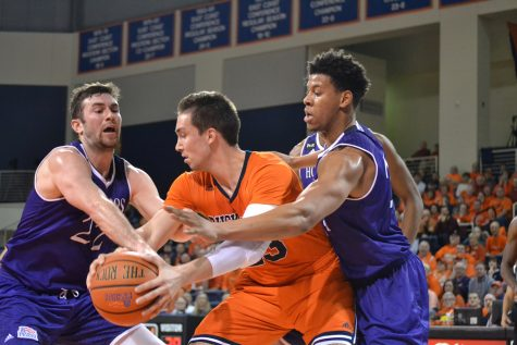 Men's basketball continues momentum with dominating Holy Cross victory