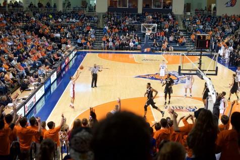 Men's basketball welcomes Davis with booming season-opener
