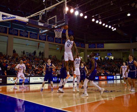 Men's basketball shuts down the Crusaders at Sojka