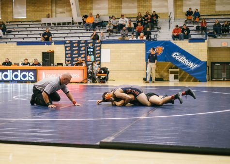 Wrestling goes 2-1 at quad dual meet to start the season