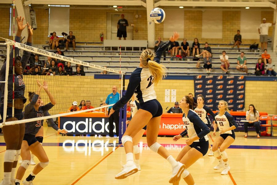 Volleyball sets school record with 10th consecutive victory